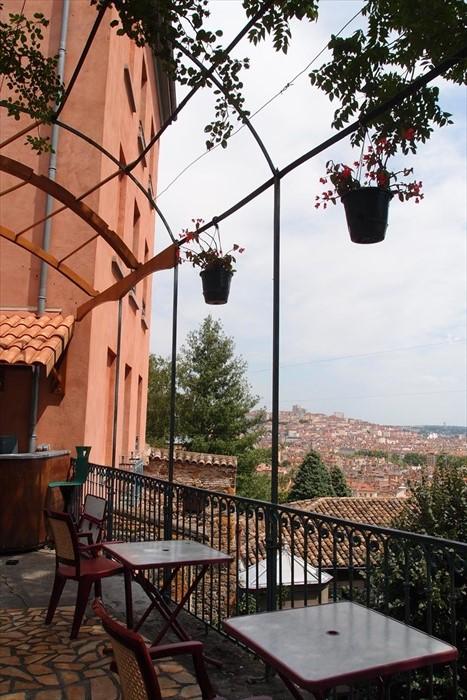 建在山上的青旅,小小花园可以俯瞰半个古城。