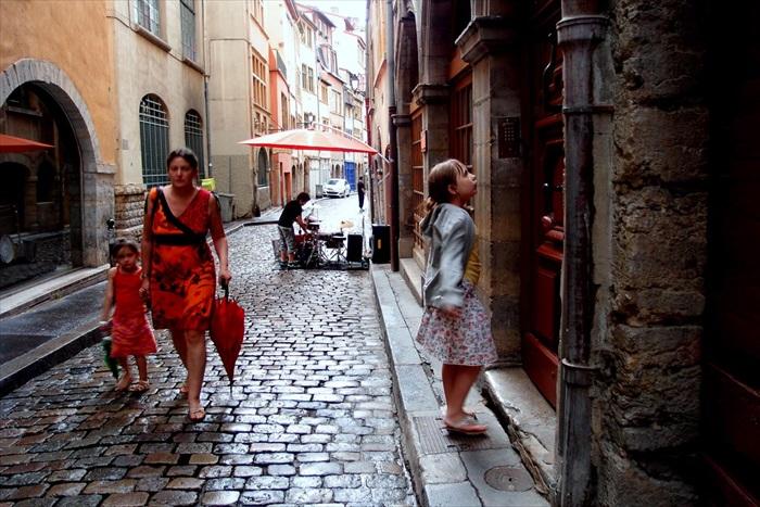 在里昂敲门,不只是拜访,还可以当个空间的穿越者。