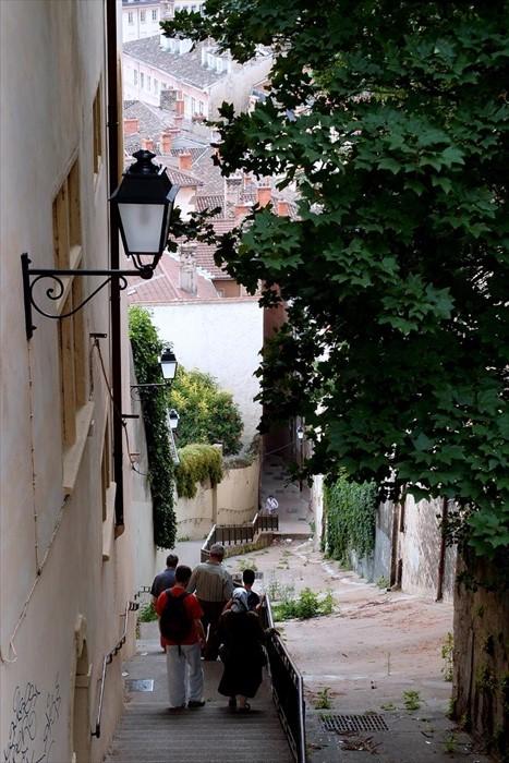 老城里有许多深长但美丽的梯级。