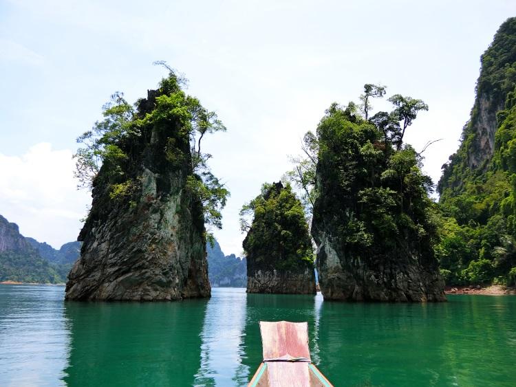奇岩怪石与碧水蓝天交织出一幅幅迷人的世外桃源。