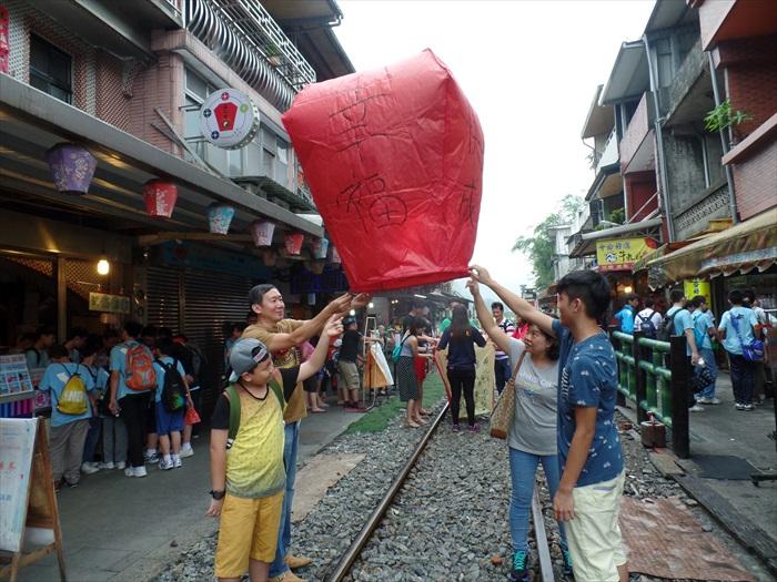 台湾无论是交通、语言、文化都与我国华人相近,且旅游条件相当成熟,因此无论是什么年龄层的游客,在适应较为容易。