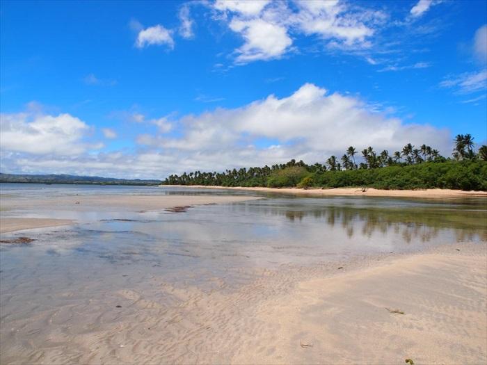 通往海中央的长沙滩。