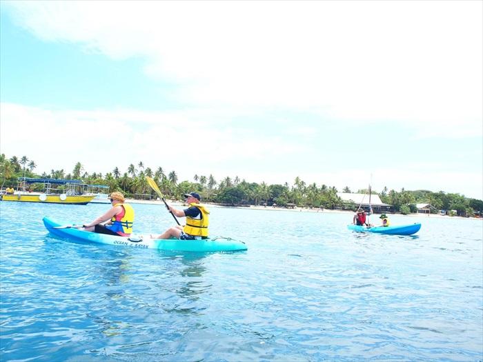 划船时,看见的清澈透底的海水。
