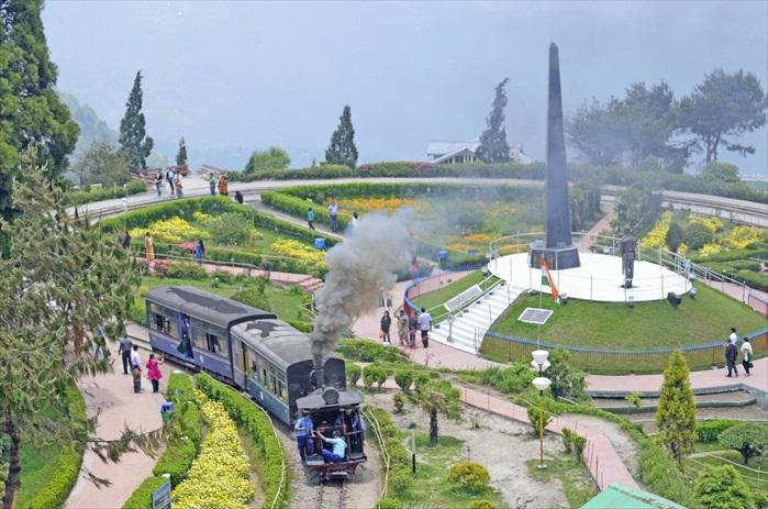 马蹄型铁轨路线Batasia loop是铁路中最著名的一段。