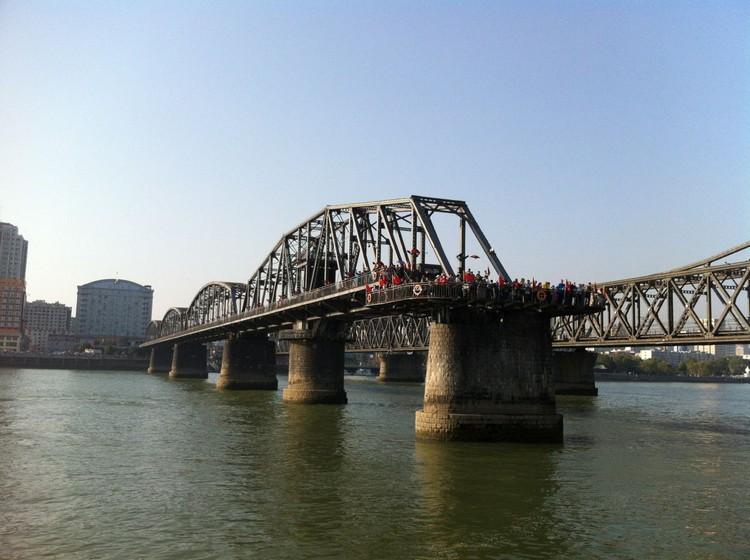 处在断桥最末端可在一定的距离观望北韩沿岸一带。