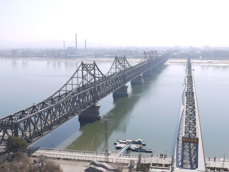 如今的鸭绿江大桥和抗美援朝时期被炸毁的鸭绿江断桥。