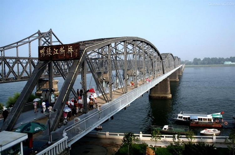 断桥被开辟为旅游景点,桥上现有观赏台及桥史话展板。游客参观断桥,不仅能了解断桥历史,也可乘船游览观看中朝两岸风光。