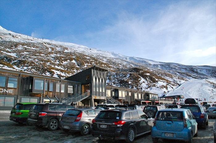 Treble Cone滑雪场停车场,雪山尽收眼底。