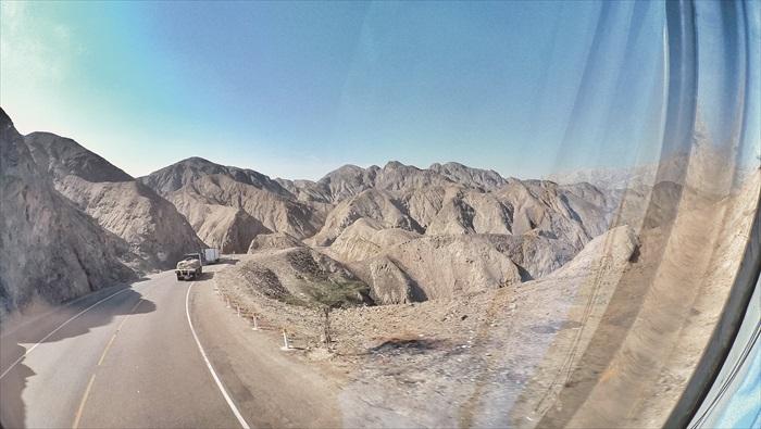 透过车窗看着深褐色的高山,才发现自己那么渺小。