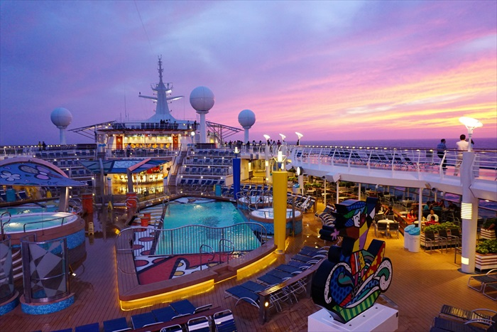 """这艘来自挪威的海洋水手号,是皇家加勒比国际游轮(Royal Caribbean International Cruise)旗下""""航行者系列""""的五艘游轮之一,拥有15层甲板,可容纳约莫3,800名乘客。"""
