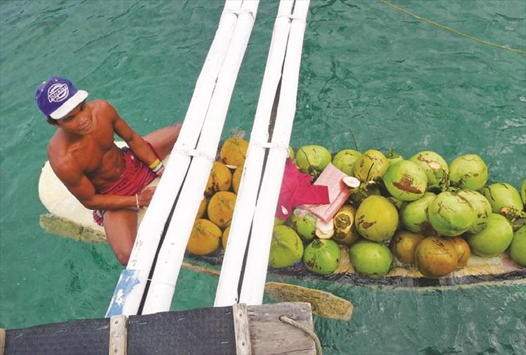 每次只要船停下,边有小贩划着载满货物的小舟靠到游客的船边兜售,这就是当地人讨生活的其中一种方式。