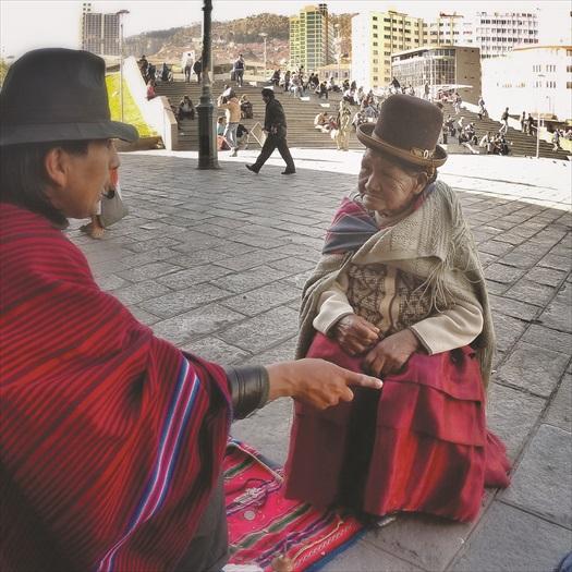 在女巫街上,不少老婆婆蹲在街边听着占卜师傅的讲解。