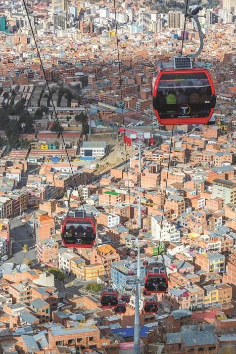 拉巴斯往返El Alto 的缆车,同时可瞭望这座城市的各个面貌。