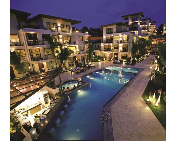 探索海岸酒店在灯光的照耀下显得气势恢宏。