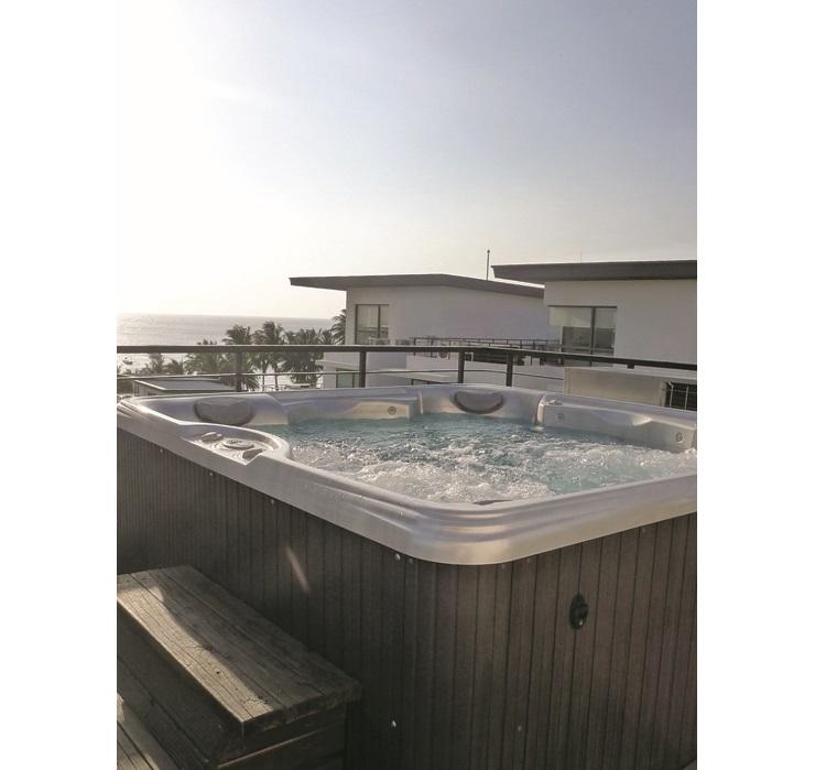四人豪华客房的露台上设有按摩浴缸。