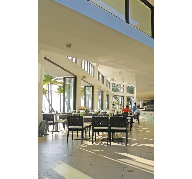 探索海岸酒店拥有许多开放式的设计,为房客打造舒适的环境。