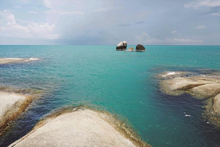 拉迈海滩最著名的景观是阿公阿吗石。