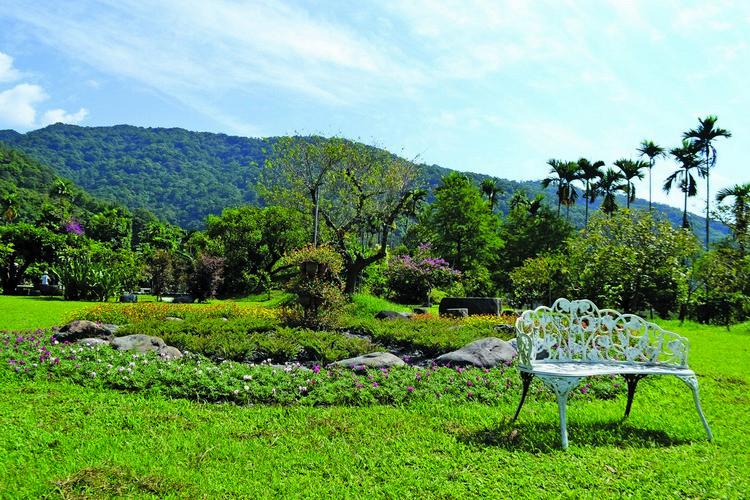 """花圃中放着一张白色的庭院椅,左上去后应该会有一种""""花之女王""""的感觉吧?"""