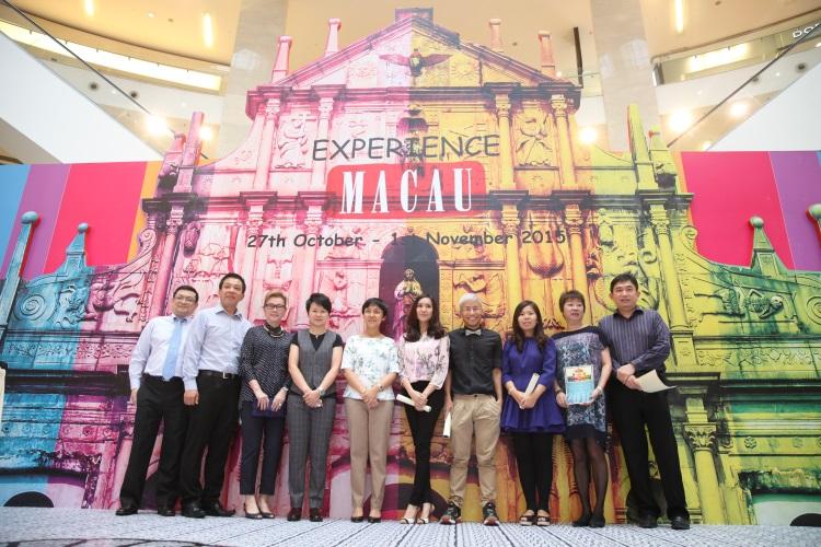澳门旅游节目嘉宾与马来西亚各旅行社代表合照:马来西亚代表李丽何(左三)、澳门特别行政区政府旅游局市场处处长黄丽坤(左四),澳门特别行政区政府旅游局局长文绮华(左五)。