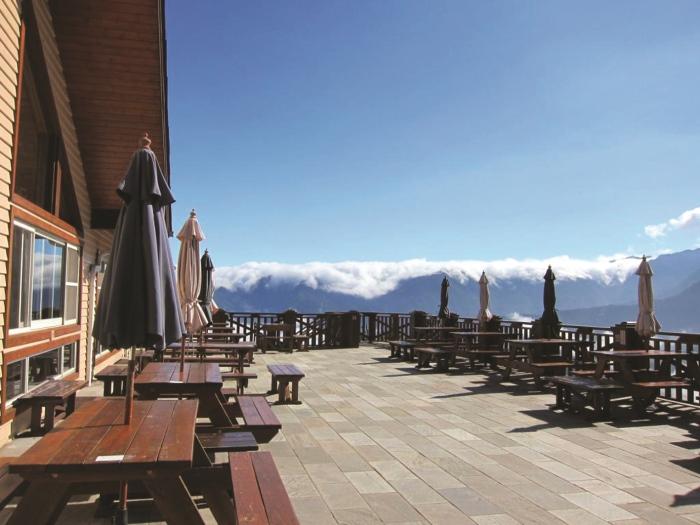 雪霸休闲农场餐厅顶楼的露台,在这可观赏到令人叹为观止的云海景色。