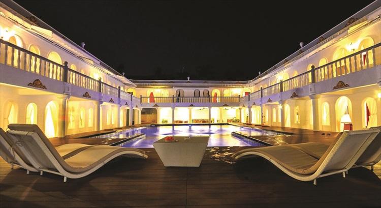 夏日宫度假酒店建筑全仿希腊式的古典设计。