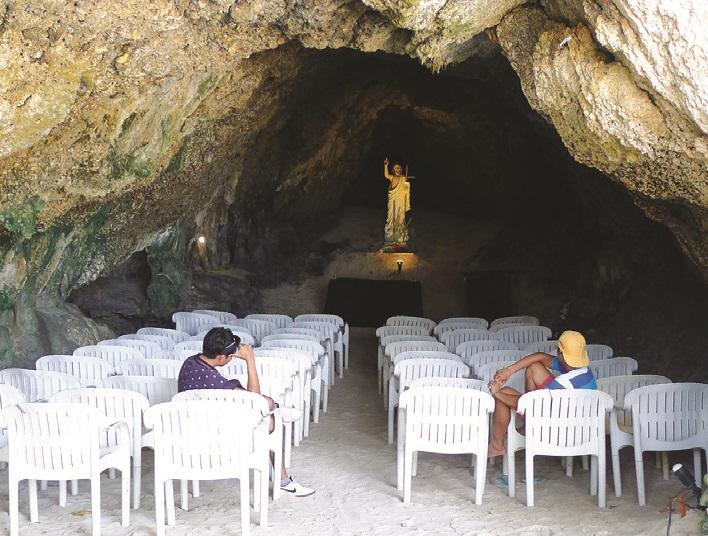 山洞内的教堂有一股庄严与宁静的气息。