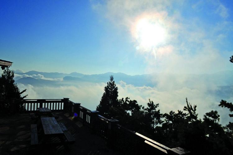 清晨的咖啡座云海弥漫,真的像处于天国之中。