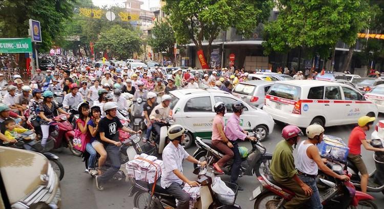 来到河内,就能见到越南最繁忙的交通区,这不是乱,而是乱中有序。