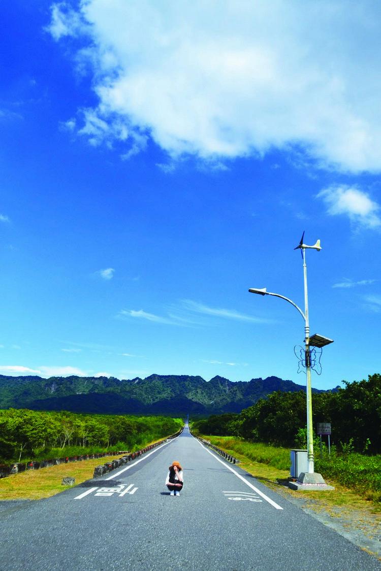 天空的变幻莫测,道路的平直不变,像是两个不同的世界。