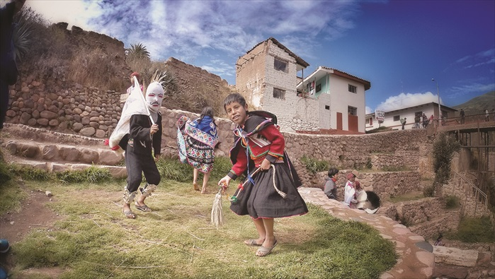 4. 在Checacupe小镇有一群小孩敲打着传统乐器迎接我们。