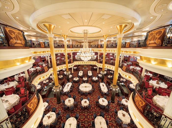 """挑高三层的主题餐厅每一层都有属于自己的名字,分别为三楼的""""蓝色狂想曲""""、四楼的""""音乐之声""""以及五楼的""""礼帽与燕尾服""""。"""