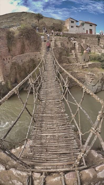 60年的吊桥由动物的皮革捆绑,触感非常特别。