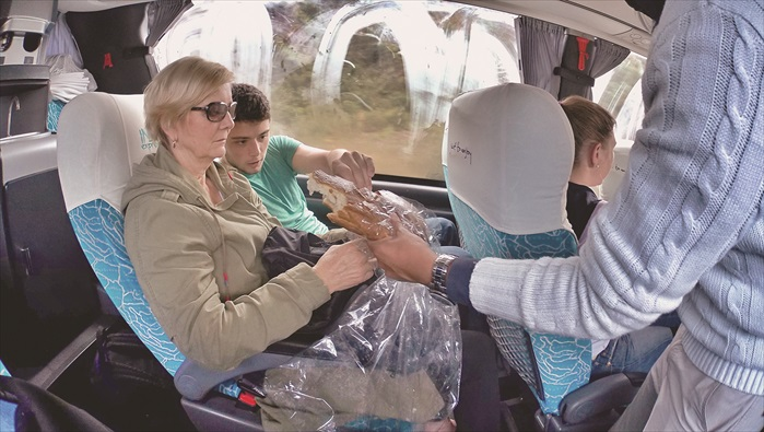 在巴士上有超级大的秘鲁传统面包可以品尝。
