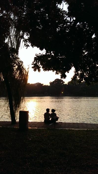 7. 不管是早晨或黄昏,都能看见情侣拍摄婚纱照。