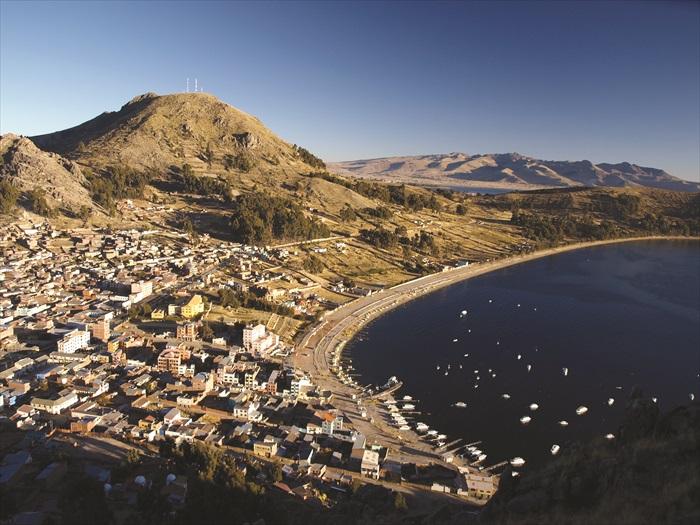 Titicaca 湖横跨秘鲁及玻利维亚边界,湖水幽蓝又碧绿,非常迷人。