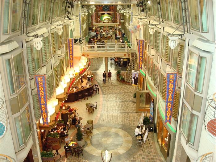 8. 皇家大道(Royal Promenade) 仿如纽约第五大道,两旁设有多家精品店,还有各式的餐饮,让游客除了购物外还能在此歇息享用美食。