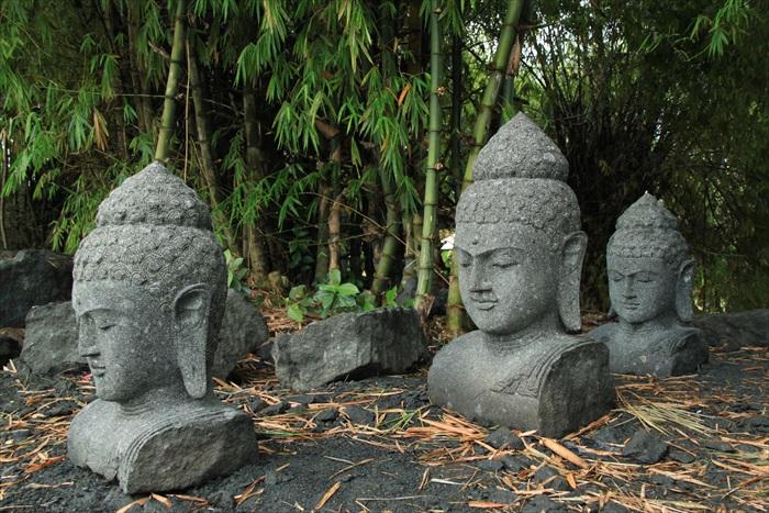村子的小路旁,摆放着许多石头佛像。