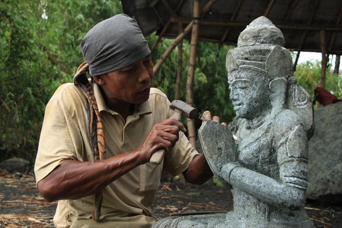 村民们几乎都以雕刻佛像来维生。