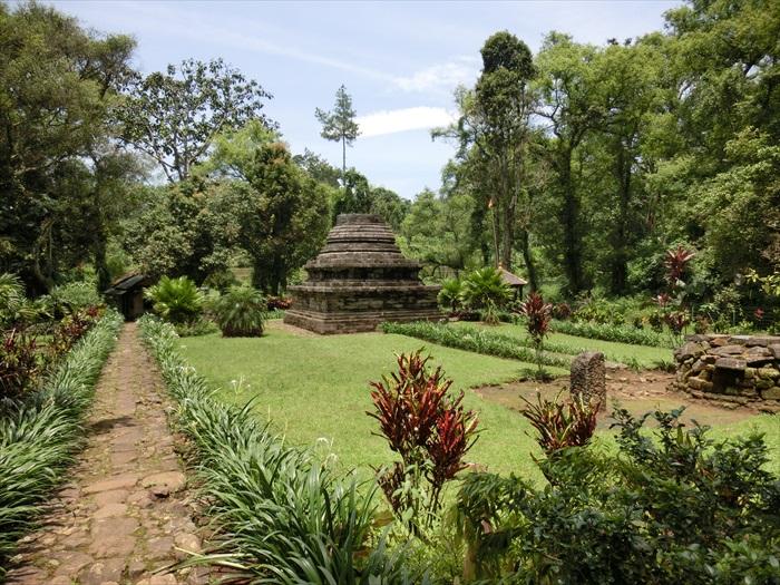 穿过一片梯田,走进深处,竟发现一座佛塔古迹。