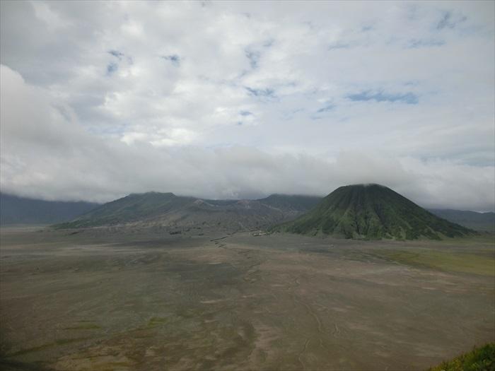 婆罗摩火山被一大片沙海平原给包围着。