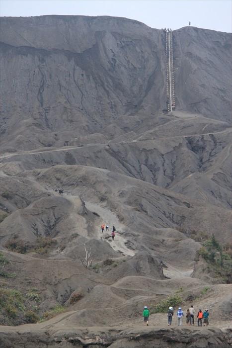 登上火山口前,需要走过一大片火山灰囤积的山丘。