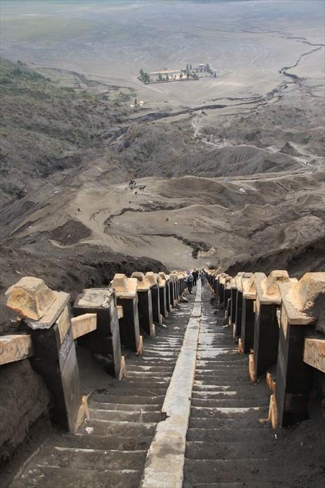 千辛万苦地爬完这梯级,总算能与火山口见面。