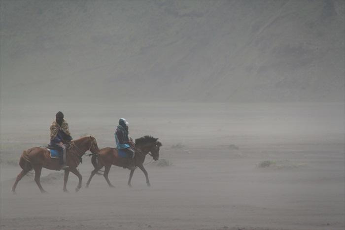 沙海中,不时刮起强风,掀起一场沙尘暴。