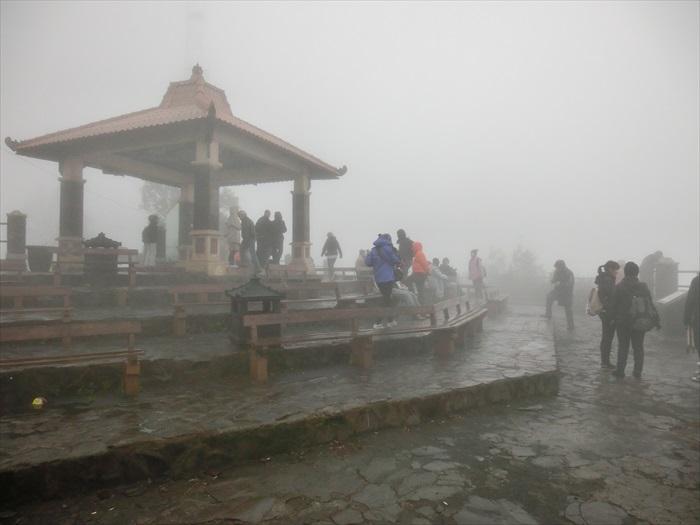 登上婆罗摩火山附近的瞭望台,却运气不佳,什么也没看着。