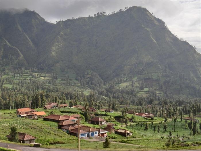 火山灰肥沃了附近村庄的土地,让此孕育出一片生机。