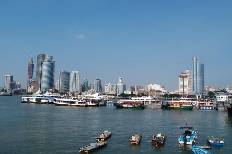 与鼓浪屿隔海相望的厦门市。