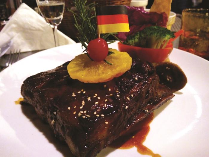 农场餐厅也提供西式餐饮,现烤猪肋骨排更是热门餐点。