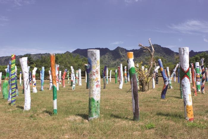 公共艺术区-生命宝树恰巧举办全民彩绘活动,让大家前来认养一株待彩绘的漂流木。