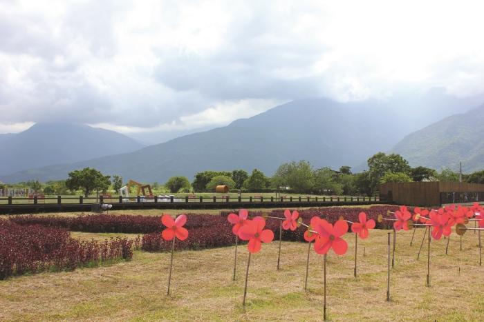 相较于夏天布满的叶绿素,步道上鲜红的枫色,萧瑟的美感更让人心动。