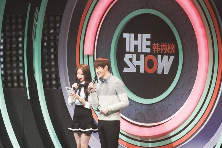 《人气歌谣》主持人——T-ara的智妍和Super Junior-M的周觅。